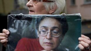 Une femme tient un portrait de la journaliste russe Anna Politkovskaïa lors d'une manifestation pour marquer le 10e anniversaire de son assassinat, le 7 octobre 2016.