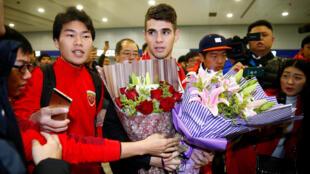 Tiền vệ quốc tế người Brazil, Oscar (phải) tới sân bay Thượng Hải ngày 02/01/2017, bắt đầu cuộc phiêu lưu với bóng đá Trung Quốc.