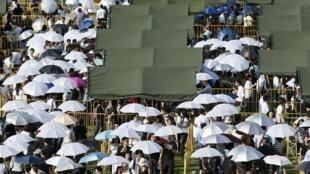 Les Singapouriens attendent calmement leur tour pour rendre hommage à Lee Kuan Yew, le 27 mars 2015.