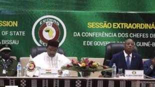 Shugaban Jamhuriyar Nijar Mahamadou Issoufou, tare da wasu shugabannin kasashen ECOWAS, yayin taro na musamman kan rikicin siyasar Guinea Bissau a birnin Yamai