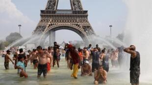 Rafraîchissement collectif pour les Parisiens dans les fontaines du Trocadéro, à l'ombre de la tour Eiffel, jeudi 25 juillet.