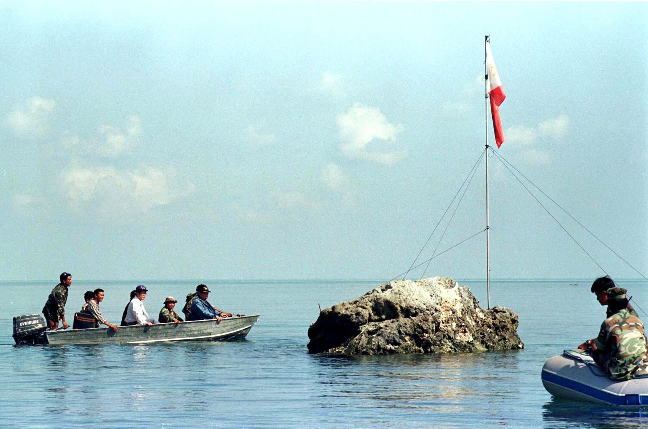 Bãi đá ngầm Scarborough, nơi tranh chấp chủ quyền giữa Philippines va Trung Quốc. Trong ảnh, các nghị sĩ Philippines ra thăm bãi đá ngầm, ảnh chụp ngày 17/05/1997.