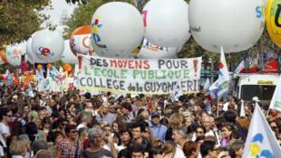El sindicato francés de la Educación nacional llamó a la huelga en las escuelas, el martes 31 de enero de 2012, para protestar contra las medidas del Gobierno que afectan a la profesión.