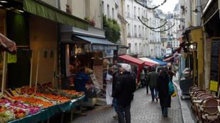 Comércio no bairro parisiense Odéon.
