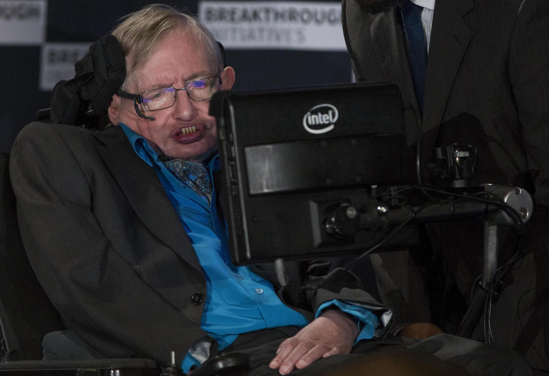 O físico e cientista Stephen Hawking enfrenta a doença desde os 21 anos.