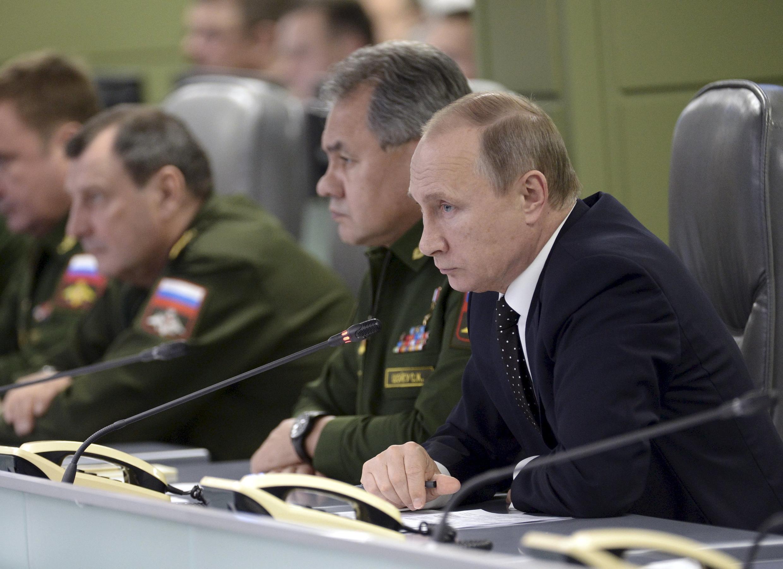 A côté du président Vladimir Poutine, le ministre russe de la Défense, Sergueï Shoigu, lors d'une réunion sur les frappes russes en Syrie, le 17 novembre à Moscou.