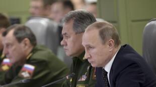 Le président Vladimir Poutine et le ministre russe de la Défense, Sergueï Shoigu, lors d'une réunion sur les frappes russes en Syrie, le 17 novembre 2015 à Moscou.
