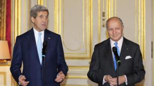 Le secrétaire d'Etat américain John Kerry et le ministre des Affaires étrangères français Laurent Fabius en conférence de presse, Paris, le 20 novembre 2014.