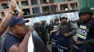 Des centaines de sympathisants se sont rassemblés, ce mercredi 16 juin au matin, près du tribunal  barricadé. Phnom Penh, le 16 juillet 2014.