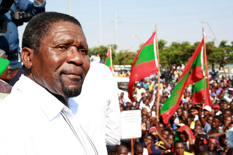 Isaías Samakuva torna a assumir a liderança da Unita até à eleição de um novo dirigente.