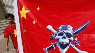 Trung Quốc bị người biểu tình Việt Nam đồng hóa với cướp biển. Ảnh chụp trong cuộc biểu tình gần Đại sứ quán Trung Quốc tại Hà Nội ngày 3/7/11, phản đối các hành động gây hấn của Bắc Kinh tại Biển Đông.