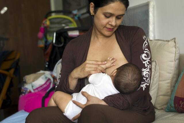 Una ciudadana venezolana amamanta a su bebé, en Caracas, este 17 de junio de 2013.