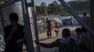 Des migrants dans le camp de Moria, sur l'île de Lesbos le 30 septembre 2019.