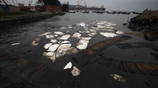Selon certains médias chinois, 1 500 tonnes de pétrole ont été déversées dans la mer, les plages de Dalian sont interdites aux touristes et les livraisons de pétrole brut n'ont pas pu être honorées.