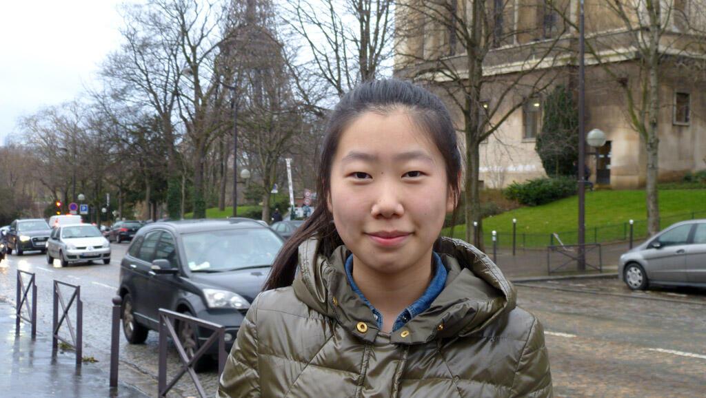 Jing, nữ sinh Trung Quốc 18 tuối tại Paris.