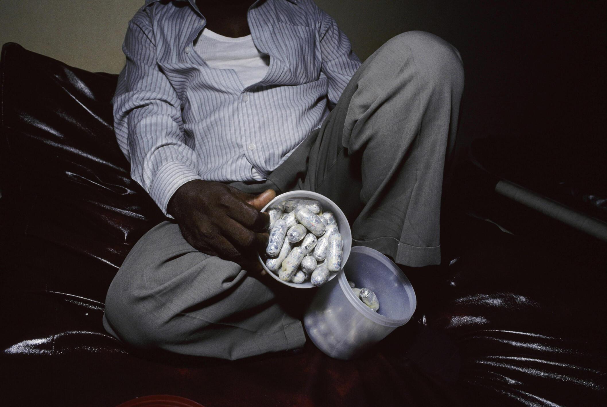 Un homme présente des capsules d'héroïne.