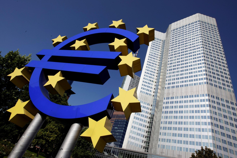 資料圖片: 歐洲中央銀行法蘭克福總部門外的歐元標誌。攝於2008年9月18日。