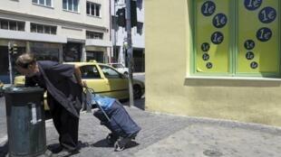 Un hombre busca restos de comida en un contenedor de basura en Atenas, el 24 de junio de 2012.