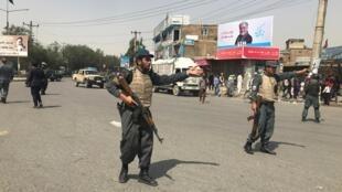Maafisa wa polisi wa Afghanistan wakipiga kambi karibu na eneo la mlipuko Kabul Agosti 7, 2019.