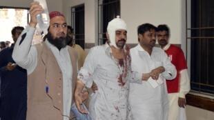 2015年1月30日,巴基斯坦希卡波鎮清真寺爆炸案中,受傷的一名什葉派教徒被送往醫院就醫。