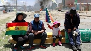 Des soutiens de l'ancien président Evo Morales à El Alto, une banlieue de La Paz perchée à 4 000 mètres d'altitude, dimanche 17 novembre.