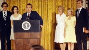 ប្រធានាធិបតីអាមេរិកលោកRichard Nixon បានលាលែងចេញពីតំណែងប្រធានាធិបតីដោយសារតែរឿងអាស្រូវWatergate
