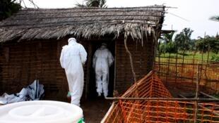 Kitengo kinachohusika na kuwaondoa wagonjwa wa Ebola katika makazi ya watu, DRC wakati wa mlipuko wa virusi vya Ebola mwaka 2009.