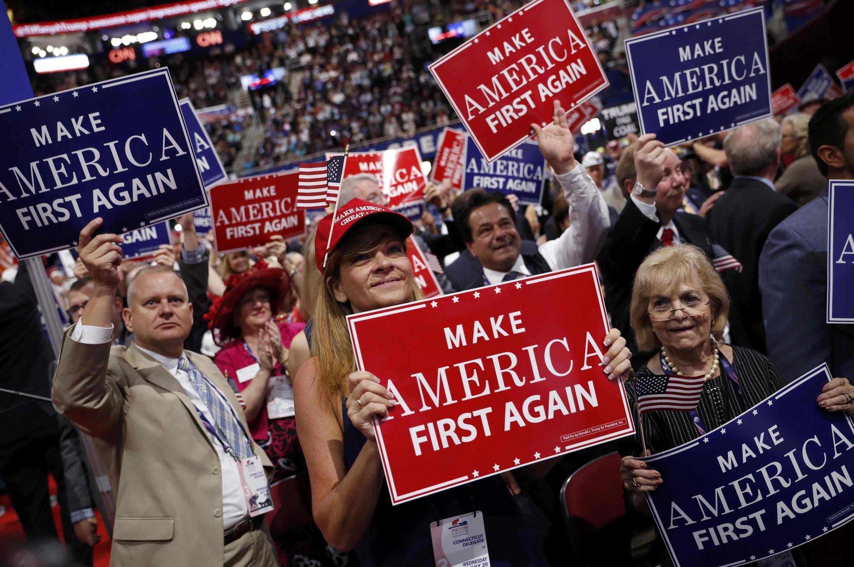 Des délégués du parti républicain agitent des pancartes lors du troisième jour de la convention républicaine de Cleveland.