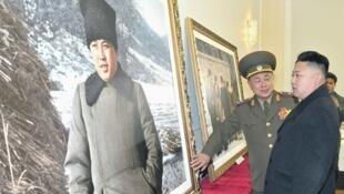 Kim Jong-un face au portrait de son grand-père Kim Il-sung, fondateur de la Corée du Nord.
