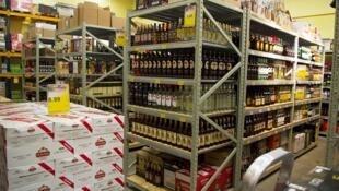 Les rayons du supermarché SuperAlko de Valka, en Lettonie, l'un de ceux qui depuis un an profite de la hausse des taxes dans l'Estonie voisine.