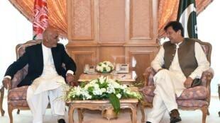 Le président afghan Ashraf Ghani (g.) discute avec le Premier ministre pakistanais Imran Khan (dr.) en marge d'un sommet en Arabie saoudite, en mai 2019.