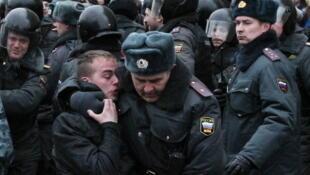 Des policiers russes lors d'un affrontement avec des activistes pendant un rassemblement anti-Poutine, le 31 mars 2012 à Moscou.