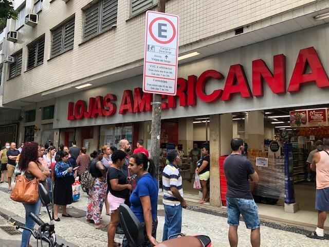 Cada vez mais pessoas estão a circular nas ruas no Brasil.