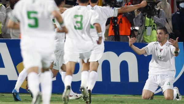 Les Fennecs exultent après le magnifique but du défenseur Antar Yahia (d) face à l'Egypte lors des éliminatoires du Mondial 2010. .