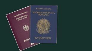 Fotomontagem de passaportes brasileiro e alemão.