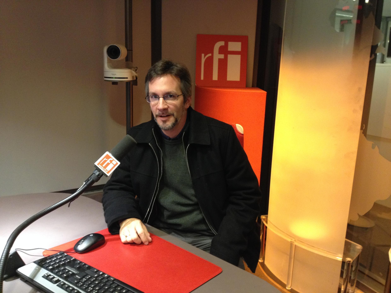 John Ackerman en los estudios de RFI.