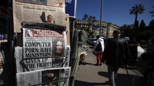 Quelques unes de médias anglophones titrant sur le scrutin d'hier, dans un kiosque à Nice le 23 avril 2012.