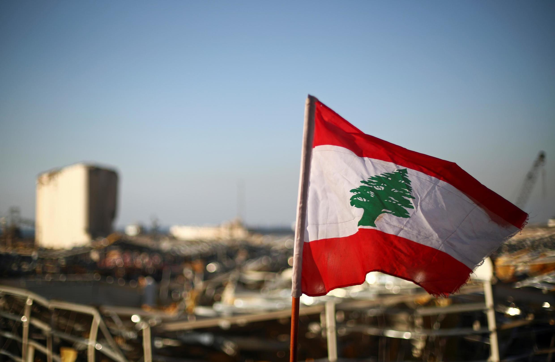 Bandera libanesa en el sitio de la explosión en el puerto de Beirut.