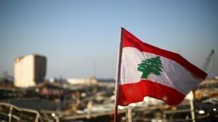 Le drapeau libanais flotte sur le site dévasté par la double explosion sur le port de Beyrouth (image d'illustration).