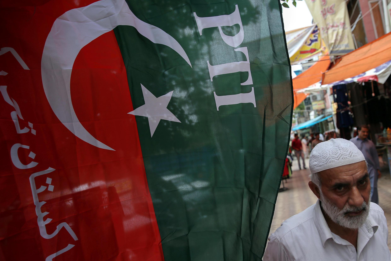 Cờ của đảng Pakistan Tehreek-e-Insaf (PTI), phất phới tại một khu chợ ở Islamabad ngày 26/07/2018.