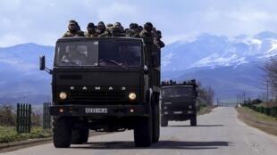 Des volontaires, en route vers la ligne de front, avec pour objectif d'aller aider les séparatistes du Haut-Karabagh, lundi 4 avril.