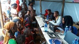 Lors de l'enregistrement des réfugiés par les humanitaires, dans le camp de Sololo, dans la région de Moyalé, au Kenya.