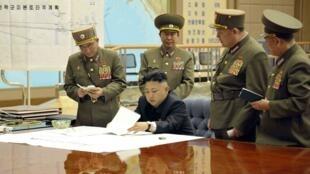 Lãnh tụ Kim Jong Un chủ trì cuộc họp khẩn duyệt qua năng lực chiến đấu của đơn vị hỏa tiễn chiến lược Bắc Triều Tiên ngày 29/03/2013. Ảnh do KCNA phân phát.