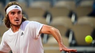 Le Grec Stefanos Tsitsipas, lors de son match du 1er tour contre le Français Jérémy Chardy, le 30 mai 2021 au tournoi de Roland Garros à Paris