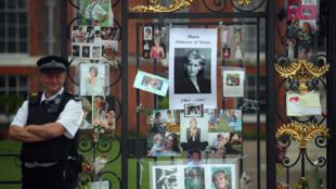 Flores e tributos em memória de Lady Di na frente do Palácio de Kensington, em Londres, em 30 de agosto de 2017.