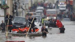法国消防队员在隆瑞莫(Longjumeau)的小城营救被水淹居民