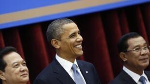O presidente norte-americano, Barack Obama, com o primeiro-ministro cambojano, Hun Sen, nesta segunda-feira em Phnom Penh.
