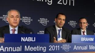 De G à D : Mustapha Kamel Nabli, le gouverneur de la banque centrale, et les ministres tunisiens Mustapha Kamel Nabli et Sami Zaoui, au Forum de Davos en Suisse, le 29 janvier 2011.