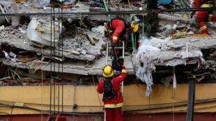 Des secouristes interviennent dans les décombres d'un immeuble à la recherche des victimes du séisme, à Mexico, le 20 septembre 2017.