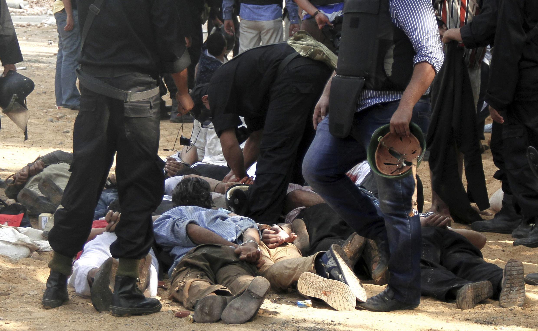 Arrestations de membres des Frères musulmans, soutiens du président déchu Mohamed Morsi , sur la place Rabaa al-Adawiya qu'ils occupaient depuis plusieurs semaines, le 14 août 2013.